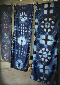 Shibori indigo. by. saruda kantawong.(ศรุดา กันทะวงค์) ออกแบบลายผ้ามัดย้อม และสอนมัดย้อมสไตล์ชิโบริ โทร.092-3969644 FB. saruda katawong Fabric Dyeing Techniques, Tie Dye Techniques, Shibori Fabric, Shibori Tie Dye, Japanese Textiles, Japanese Fabric, Tye Dye, Loom Knitting Stitches, Textile Dyeing