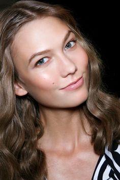 Trucchi di primavera: il makeup si fa naturale, nude e glow