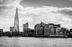Avventura Londinese, UK atto I. Zaino sulle spalle e macchina fotografica alla mano. Ogni momento è un ricordo, ciò che si fotografa non rappresenta semplicemente i tratti di edifici o gli sguardi delle persone. Realizzi che il vero significato della fotografia sta tutta nel ricordo, riassapori emozioni, un mix di sapori e odori che non si possono descrivere alla persona che hai di fronte, puoi soltanto riviverli guardando la foto. #uk #london #black #white