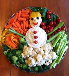 Looking for a healthier Christmas Party snack for the kids? Perfect for classroom Christmas parties, holiday potlucks, and family movie nights! || Snowman Veggie Platter - Pinterest || Vegetable Platters for Kids: 10 Christmas Party Platters! || Letters from Santa Holiday Blog