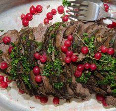 Ett klassiskt recept på älgstek, här har vi piffat upp det med en god vinbärssås. Serveras med potatismos och en fräsch sallad.