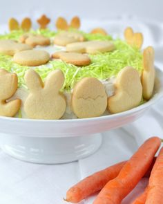 Möhrenkuchen mit Frischkäse-Frosting, essbarem Ostergras und Ausstechplätzchen   Osterkuchen   Carrot Cake   Rezept   waseigenes.com