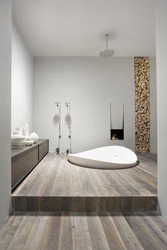 Minimalistyczna łazienka z kominkiem