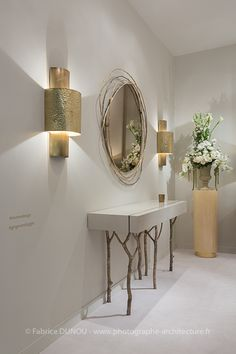 Home Decor Ideas selected Luxury Wall Mirrors Designs for your Home. With these expensive mirrors, you'll get a luxury interior design without any effort. Flur Design, Home Design, Contemporary Interior Design, Luxury Interior Design, Entrance Decor, Entryway Decor, Hallway Decorating, Interior Decorating, Living Room Designs