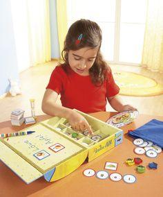 Piraten-ABC - Auf der Schatzkiste des Piraten Lautikus sind geheimnisvolle Bilder zu sehen. Können die Piraten das Rätsel lösen? Au wie Auto, T wie Tafel ... Ah, das Wort heißt L-au-t-i-k-u-s! Die Spielesammlung macht Kinder mit Lauten, Buchstaben und ersten Wörtern vertraut. Zwei zusätzliche Spielideen sind für Piraten geeignet, die bereits gut lesen und schreiben können. Mit Anlauttabelle und Begleitheft zur spielerischen Lese-, Schreib- und Sprachförderung. Für 1 - 4 Spieler. (ArtNr…