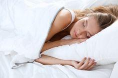 Insomnie ? Comment bien dormir avec les huiles essentielles!  Le sommeil n'est pas réparateur et la journée qui s'en suit sera difficile, moins efficace et nous serons plus facilement irritables ou stressés. Nous allons détailler dans ce dossier plusieurs techniques pour se relaxer, les huiles essentielles qui nous aident à passer une nuit sans réveils, les synergies à diffuser pour s'endormir, les plantes à prendre pour éviter les réveils matinaux.