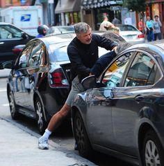 Hollywood (Alec Baldwin) bearing a guy up over a parking space.but this is the guy calling conservatives crazy, unhinged, and hateful. Cause obviously he knows better than us. Funny Photoshop, Funny Memes, Jokes, Alec Baldwin, Humor Grafico, Miley Cyrus, I Laughed, Funny Pictures, Awkward Pictures