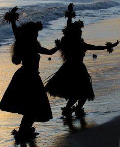 Hula in the Setting Sun Polynesian Dance, Polynesian Culture, Hawaiian People, Tahitian Dance, Disney Aesthetic, Beach Aesthetic, Hawaiian Art, Hula Dancers, Aloha Hawaii