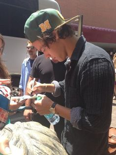 I love how Harry and Niall always try to take pics and sign with fans like in Cincinnati today.