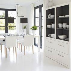 """Eetkamer, de muren moeten het liefst wit blijven. Met veel licht creëer je rust en ruimte. Maak vooral in de woonkamer en de slaapkamer gebruik van basisverlichting, sfeerverlichting én functionele verlichting."""""""