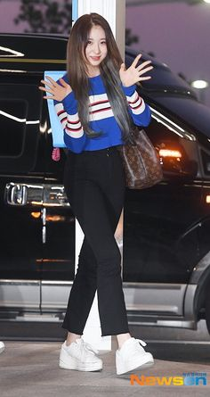 """i would like to thank god for this outfit. truly a blessing just look at her ♥️💗💘💗💘"" Fashion Idol, Kpop Fashion, Airport Fashion, Kpop Mode, Japanese Girl Group, Airport Style, Kpop Girls, Good Music, Yuri"