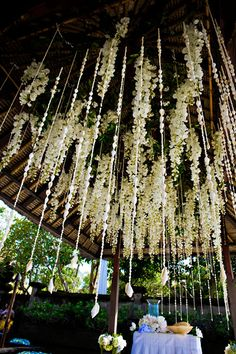 romantic flower idea, love this! perfect for a wedding or outdoor event #flowers #florists  Courtesy of MiWedding Needs