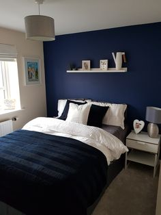 Design-Ideen für Navy und White Bedroom Noble Design-Ideen für Navy und White Bedroom 41 best small bedroom ideas to make the most of your space home decor 2020 11 Blue Bedroom Walls, White Bedroom Design, Blue Bedroom Decor, Cozy Bedroom, Bedroom Colors, Girls Bedroom, Master Bedroom, Bedroom Designs, Bedroom Ideas
