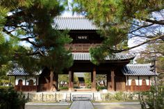 Sanmon (三門, or main gate), bōketsurō(望闕楼) of the Kennin-ji temple in Higashiyama-ku, Kyoto. The building in the back of the picture is the Hatto built in 1765.