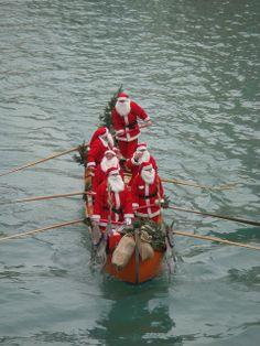 Winter travel doesn't have to be about snow. Why not meet up with Santa in Venice? This gondola ride includes the Santas singing Christmas carols to you in Italian. Christmas In Europe, Noel Christmas, All Things Christmas, Christmas And New Year, White Christmas, Xmas, Reno, Christmas Traditions, Belle Photo