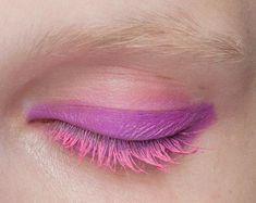 ¿Te atreves con un eyeliner y máscara así? #lesdoitmagazine #makeup #thinkpink