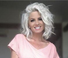 16 Volume Tips für feines Haar Hair Oceanfront Short Silver Hair, Silver White Hair, White Blonde Hair, Long Gray Hair, Platinum Blonde Hair, Grey Hair Inspiration, Teased Hair, Hair Color Purple, Hair Colors