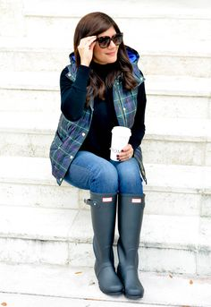 Lifestyle Blogger, Desiree of Beautifully Seaside, styles a pair of black Hunter boots and shares why they're her favorite boots of the season. Black Hunter Boots, Hunter Boots Outfit, Wellies Rain Boots, Black Rain Boots, Hunter Rain Boots, Tall Boots, Rainy Day Fashion, Timberland Style, Timberland Fashion