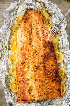 Baked Garlic Butter Salmon Recipes to Cook This healthy baked salmon in foil is the best way to feed Salmon Dishes, Fish Dishes, Seafood Dishes, Salmon Food, Salmon Meals, Lemon Salmon, Salmon Glaze, Mustard Salmon, Seafood Bake