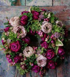 4 Days to Christmas !!! バラ・シュエルヴァーズのRose wreath #laurentborniche #ローランボーニッシュ #laurentbbouquetier #ローランべーブーケティエ #fleurs #flowers #artisanfleuristeparisien #花のある暮らし #wreathe #Christmas