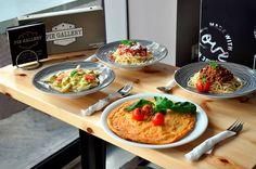 Ποιος μπορεί να αντισταθεί σε αυτή την εικόνα!  Δοκιμάστε τώρα τα νέα πιάτα που σας προτείνει το Pie Gallery: μακαρονάδες με λευκή η κόκκινη σάλτσα οι οποίες συνδυάζονται άψογα με μία ομελέτα για όλους τους καλοφαγάδες.