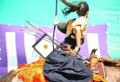 Yabusame (流鏑馬) is a type of mounted archery in traditional Japanese archery. Japanese Culture, Japanese Art, Traditional Japanese, Japanese Design, Japanese Style, Geisha, Mounted Archery, Dynamic Poses, Action Poses