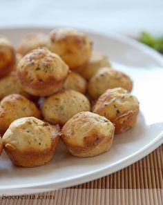 Bocaditos de queso - 1 huevo 100 g de queso rallado de sabor fuerte • 125 ml de aceite de oliva virgen extra • 175 ml de leche • 1 y 1/2 tazas de harina • 3 ct (rasas) de levadura – polvos de hornear • 1/2 ct de sal • 1 ct de azúcar • 1 ct colmada de mostaza a la antigua de Dijon • 1 cs de perejil picado • 3 lonchas de bacon o jamón cocido • 1 ct de orégano • 1 ct de mantequilla • 1 cs de harina (para el molde) No Salt Recipes, Baking Recipes, Great Recipes, Favorite Recipes, Savory Snacks, Easy Snacks, Tasty, Yummy Food, Saveur