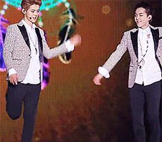 Adorable! EXO Luhan and Xiumin dem oldest in one gif #minseok #luhan