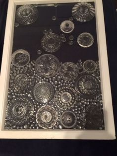 """Marikan ideaa ylistetään somessa - vanhat lautaset saivat uuden elämän ikkunassa: """"Miten tuo on tehty?"""" Mosaic Art, Mosaic Glass, Fused Glass, Glass Beads, Crafts To Make, Diy Crafts, Broken Glass Art, Mosaic Madness, Thrifty Decor"""