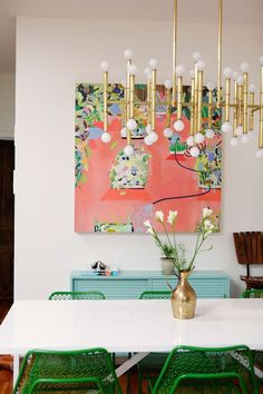 SELENCY : Color block / green / salle à manger / dining room / green and pink decoration / green chair / pink and green painting Dining Room Inspiration, Home Decor Inspiration, Color Inspiration, Wythe Hotel, Decoracion Vintage Chic, Deco Rose, Dining Room Design, Dining Rooms, Beautiful Space
