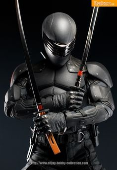 Snake-Eyes (Silent Master) - An American War veteran who joins the Arashikage ninja clan after Storm Shadow saved his life during the Vietnam War. He is the Hard Master's most talented student and apparent heir of the clan's leadership. Arte Ninja, Ninja Art, Armadura Sci Fi, Armadura Ninja, Snake Eyes Gi Joe, Storm Shadow, Gi Joe Cobra, Shadow Warrior, Ninja Warrior