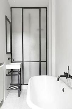 séparation salle de bain par une verrière en verre dépoli