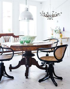 Love the dark natural and not overprinted furniture!