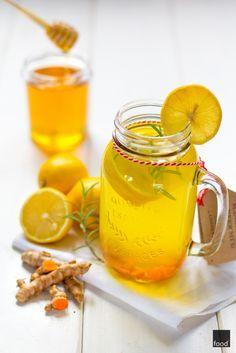 Napar z kurkumy z sokiem z cytryny, rozmarynem i miodem. Działa przeciwbakteryjnie, antystresowo, oczyszczająco i antyoksydacyjnie. Idealny na przeziębienia i ze względu na swoje prozdrowotne właściwości pomocny w codziennej profilaktyce.