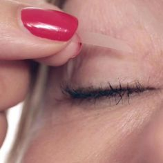 Get an Instant Eye Lift! Droopy and saggy eye lids are unfortunately common among most of us Women, but worry no more! The Instant Eye Lift Kit is waterproof & eliminates folded and droop Saggy Eyes, Droopy Eyes, Beauty Secrets, Beauty Hacks, Beauty Tips, Beauty Ideas, Eye Lift Cream, Bigger Eyes, Eyelid Tape