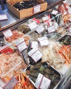 Съездили в обед и купили очень странную рыбу похожую на змею( та что в коробке на фото)  Будем пробовать  Вечером в сториз покажу как её готовят в Италии    #италия#еда#рыба#море#пляж#italy#italiano