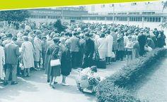 Foto. Flüchtlinge warten vor dem Notaufnahmelager Marienfelde auf Einlass, 14. August 1961. © DHM-Schirner