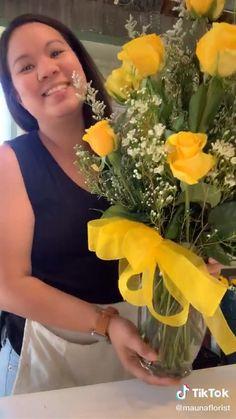 Christmas Floral Arrangements, Flower Arrangements Simple, Become A Florist, Dozen Roses, Amazing Life Hacks, Rose Vase, Types Of Flowers, Indoor Garden, Hacks Videos