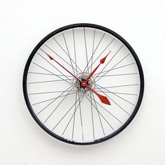 Horloge amusante fabriquée à partir d'un ancien pneu vélo, garni de flèches rouges