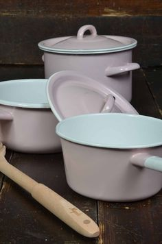 Enamel pots in Light Rose, goes very well with the Mynte stoneware by Ib Laursen,