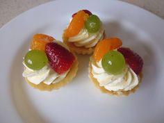 Ovocné košíčky (40ks)  těsto 300g hladké mouky 200g másla 100g cukru moučka 2 žloutky  Z vypracovaného těsta vykrájet tvary, upéct při 180C/8min.   náplň: půl litru mléka 2 pudinkové prášky cukr  po vychladnutí vyšlehat s celým máslem  na ozdobu: ovoce želatina Marie Pařízková Follow · April 29