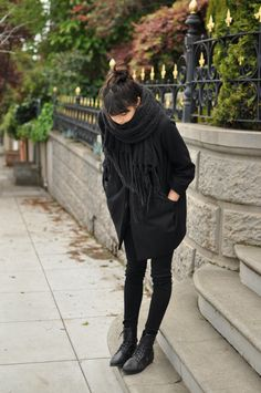 Just another all black outfit - wide scarf and oversize coat (street style) Looks Street Style, Looks Style, Style Me, Mode Outfits, Fashion Outfits, Fashion Shoes, Looks Black, Black On Black, Black Knit