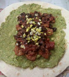 Piadina con guacamole, spezzatino di soia piaccante, fagioli piccanti e cipolla fresca