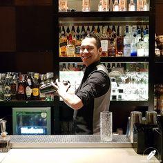 A la coctelera a punto de dar un buen ritmo a su cóctel el bartender Javier Rivas .    #CopasConEstilo #Bartender #Cocktail #Coctelería #Cóctel #Cócteles #Madrid #CóctelesEnMadrid Bar, Madrid, Coffee Maker, Kitchen Appliances, Cocktail Shaker, Coffee Maker Machine, Diy Kitchen Appliances, Coffee Percolator, Home Appliances