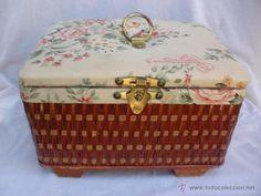 Costurero vintage en tela floreada y fibra o mimbre- ideal decoración shabby chic