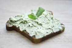 jadłonomia • przepisy wegetariańskie: Co do chleba? Pasta z brokuła.
