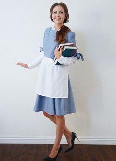 blaues Kleid, weiße Schürze und Bücher in der Hand