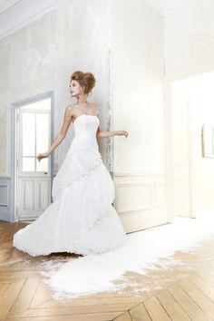 robe de mariée trapèze en bustier et une jupe en drapé asymétrique