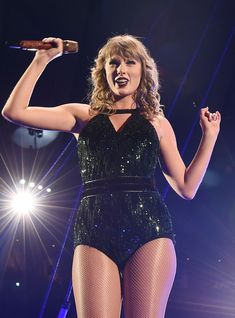 """The biggest mood of 2019 is Taylor Swift partying and dancing with her friends, to her own song """"You Need To Calm Down,"""" with zero chill and so much joy. Taylor Lautner, Taylor Schilling, Taylor Momsen, Taylor Swift Vma, Taylor Swift Concert, Taylor Swift Pictures, Calvin Harris, American Music Awards, Saturday Night Live"""