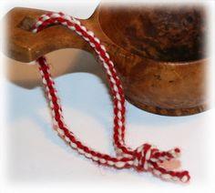 Forklaring på hvordan man fingerhekler en snor - med video (fint til skinnfell? Cuff Bracelets, Knit Crochet, Braids, Villa, Diy Crafts, Knitting, Jewelry, Cords, Crocheting